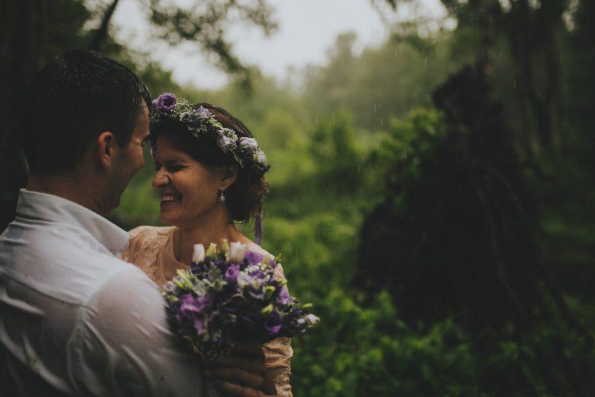 sesja ślubna w deszczu