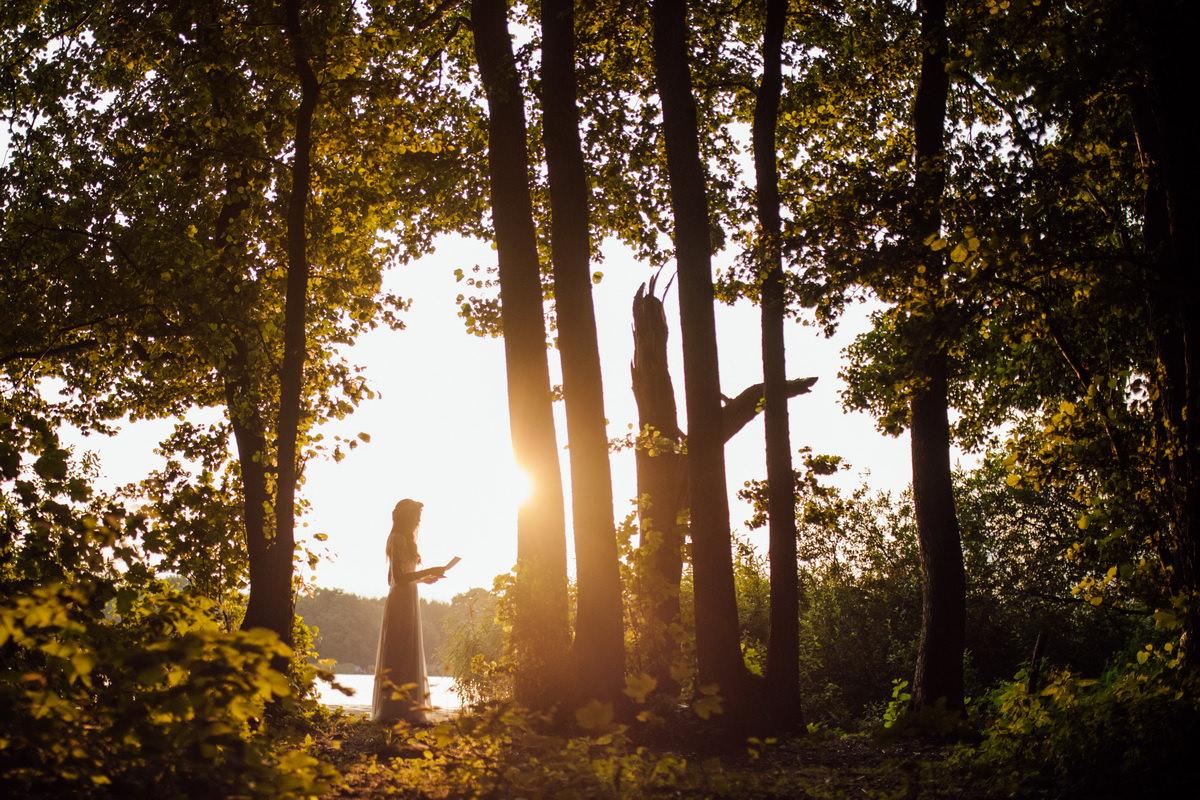 pani młoda w lesie